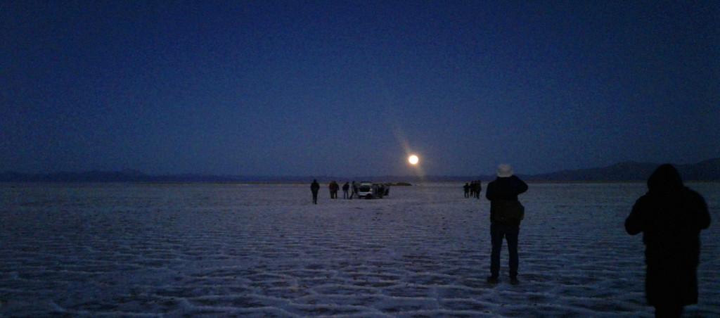 puesta de la luna en el salar